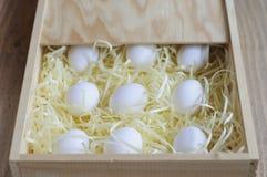 Eier auf einem weichen Substrat in einer Holzkiste Stockbild