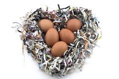 Eier auf einem Zeitungsschutz (Herz-Form) Stockfotografie