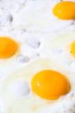 Eier auf einer Bratpfanne stockbilder