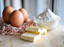 Eier auf einer hölzernen Tabelle Stockfotos