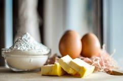Eier auf einer hölzernen Tabelle Lizenzfreie Stockfotos