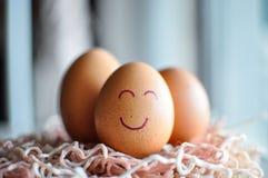 Eier auf einer hölzernen Tabelle Stockfoto