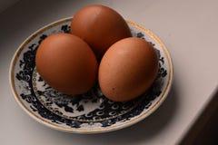 Eier auf einer Platte Stockbild