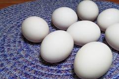 Eier auf einer Tabelle stockbilder