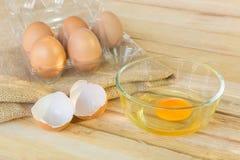 Eier auf hölzernem Hintergrund Stockbild