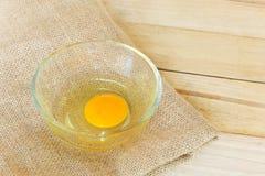 Eier auf hölzernem Hintergrund Stockfoto