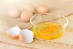 Eier auf hölzernem Hintergrund Lizenzfreie Stockfotos