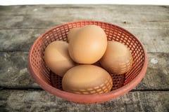 Eier auf Korb Stockfotos