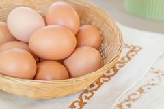 Eier auf Korb Lizenzfreies Stockfoto