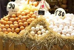 Eier auf Markt Stockbild