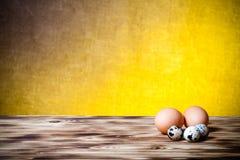 Eier auf neuem hölzernes Brett- und Leinwandhintergrund Selektiver Fokus Stockbild