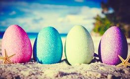 Eier auf Ozeanstrand Stockfotografie