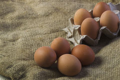 Eier auf Sackleinenhintergrund Lizenzfreies Stockbild