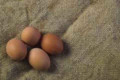 Eier auf Sackleinenhintergrund Stockfoto