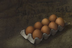 Eier auf Sackleinenhintergrund Stockfotografie