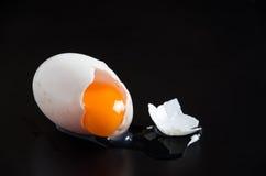 Eier auf schwarzem Hintergrund Stockbilder