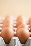 Eier beim Verpacken Stockfoto