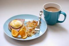 Eier Benedict mit Kaffee Stockbild