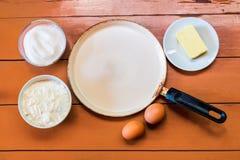 Eier, Butter, Mehl, Zucker und Bratpfanne Stockbilder