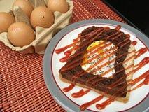 Eier in den Schokoladen- und Weizenbroten Stockbild