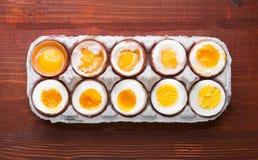 Eier in den verschiedenen Graden Verfügbarkeit abhängig von der Zeit von kochenden Eiern Stockfotos