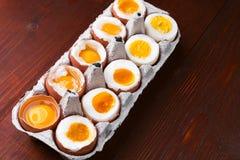 Eier in den verschiedenen Graden Verfügbarkeit abhängig von der Zeit von kochenden Eiern Lizenzfreie Stockfotos