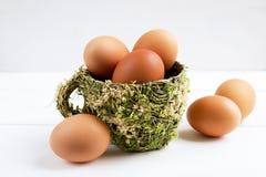Eier in der dekorativen Schale, frische Eier Lizenzfreies Stockfoto