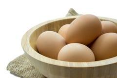Eier in der hölzernen Schüssel Stockbilder