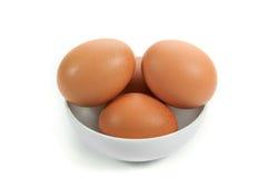 Eier in der keramischen Schüssel auf Holztisch Lizenzfreie Stockfotografie