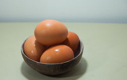 Eier in der Kokosschale Lizenzfreie Stockbilder