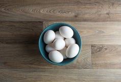 Eier in der Schüssel auf Tabelle Stockfotos