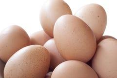 Eier, die für Frühstück, ein Proteinformeigelb und Albumen auf einem weißen Hintergrund oder auf einem einfachen Holztisch kochen Stockfotos