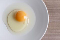 Eier, die für Frühstück, ein Proteinformeigelb und Albumen auf einem weißen Hintergrund oder auf einem einfachen Holztisch kochen Stockfoto