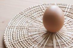 Eier, die für Frühstück, ein Proteinformeigelb und Albumen auf einem weißen Hintergrund oder auf einem einfachen Holztisch kochen Stockbilder
