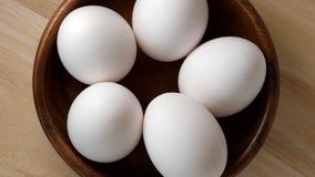 Eier, die in hölzerne Schüssel sich drehen stock video