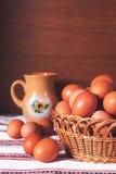 Eier in einem gesponnenen Korb Lizenzfreies Stockbild