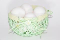 Eier in einem grünen Korb Stockfoto