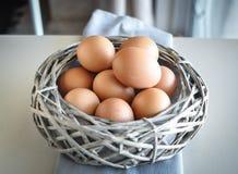 Eier in einem hölzernen Korb Stockfotografie