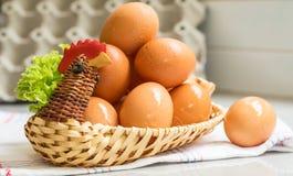 Eier in einem Hühnerkorb Stockbilder