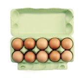 Eier in einem Karton getrennt auf Weiß Stockfoto
