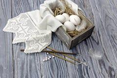 Eier in einem Kasten, in den Kirchenkerzen und im Weihrauch Stockbilder