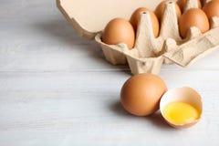 Eier in einem Kasten für Eier und Eigelb Stockfotos