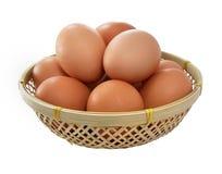 Eier in einem kleinen Korb lizenzfreie stockbilder