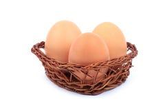 Eier in einem Korb Stockfoto