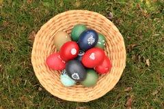 Eier in einem Korb Lizenzfreies Stockfoto
