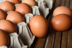 Eier in einem Papierbehälter Stockfotos