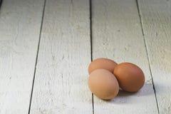 Eier in einem Pappbehälter auf weiße Bretter Lizenzfreie Stockbilder