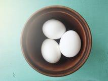 Eier in einem Töpferwarenteller stockfotografie