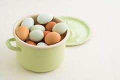 Eier in einem Topf Stockbilder