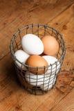 Eier in einer Drahtschüssel lizenzfreies stockfoto